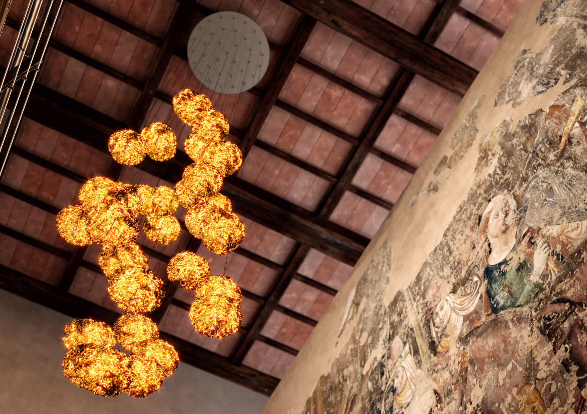 Gold Moon Chandelier: a cascade of light and gold